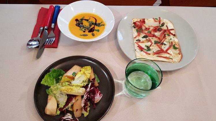 Flammkuchen mit Kürbissuppe und Salat