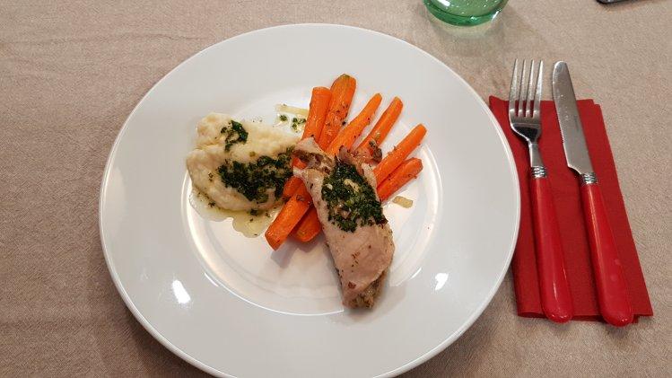 Involtini mit Selleriepüree und gebratenen Karotten
