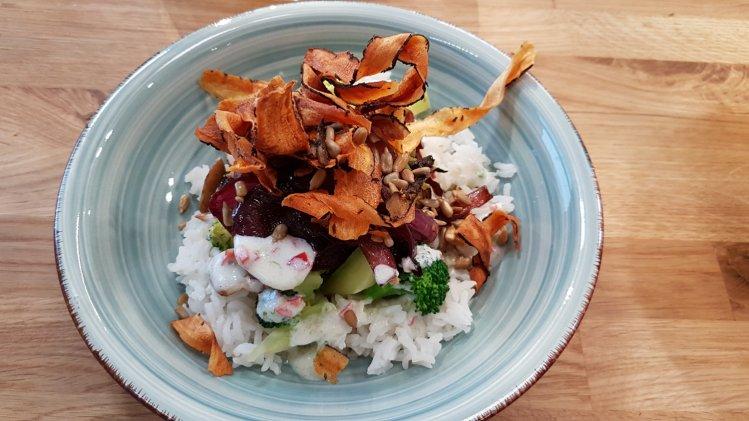 Gemüse-Bowl mit Schwarzwurzelchips