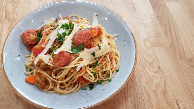 Spaghetti mit Linsen-Salsiccia-Tomaten-Sauce