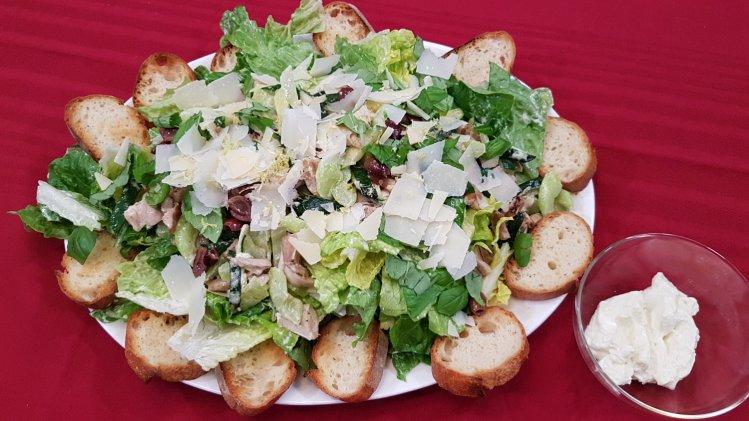 Römersalat mit Hühnchenfleisch und geröstetem Baguette