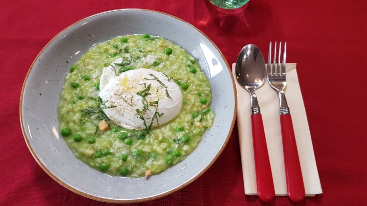 Erbsenrisotto mit pochiertem Ei und Lachs