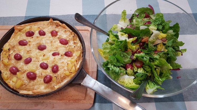 Sauerkraut-Kartoffel-Tarte mit Salat