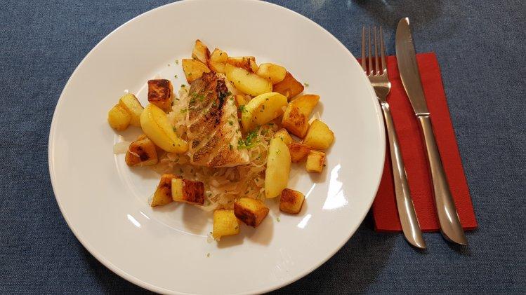Zander auf Sauerkraut mit Kartoffeln