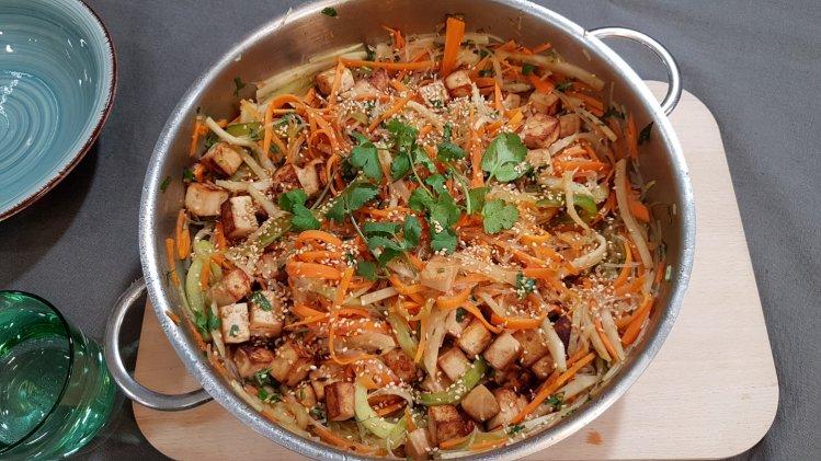 Asia-Glasnudelsalat mit Gemüse und Tofu