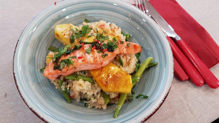 Quinoa-Salat mit grünen Bohnen, gegrillter Ananas und Lachs