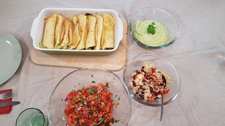 Tacos mit Rindfleisch-Bohnen-Salat, Tomaten-Salsa und Guacamole
