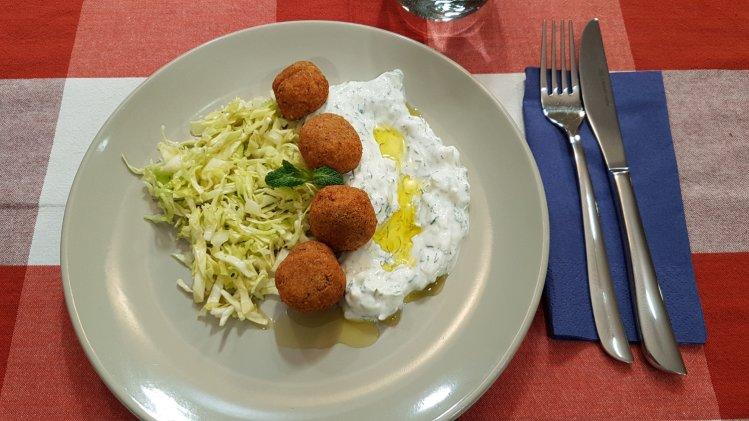Falafel mit Spitzkohlsalat und Tzatziki