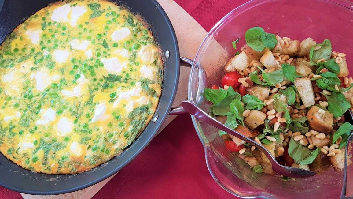 Erbsen-Frittata mit Tomaten-Brot-Salat