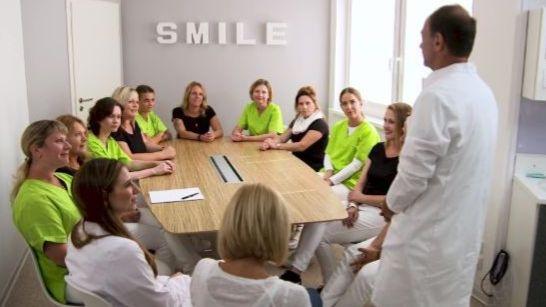 Dr. Alexander Bär in Sohren: Patientenbegrüßung in 15 Sprachen
