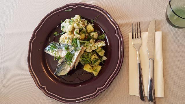 Makrelenfilet mit Pellkartoffel-Blumenkohl-Salat