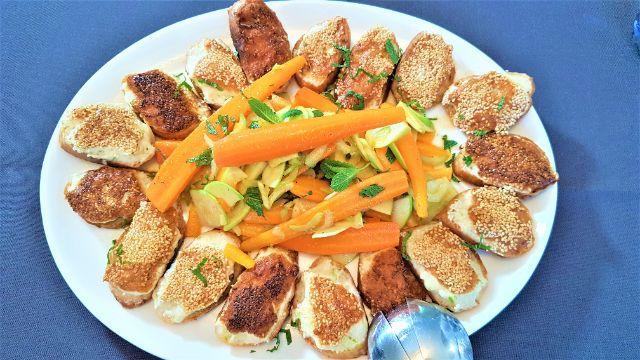Karotten-Apfel-Salat mit Garnelen-Crostini