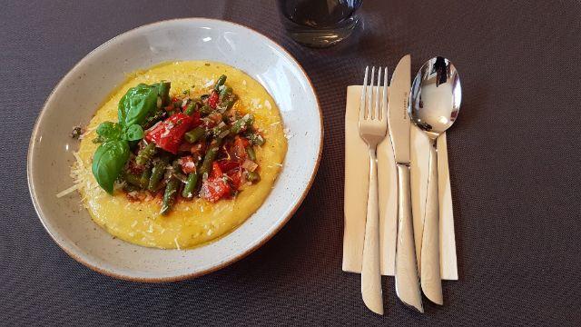 Cremige Polenta mit Paprika-Bohnengemüse
