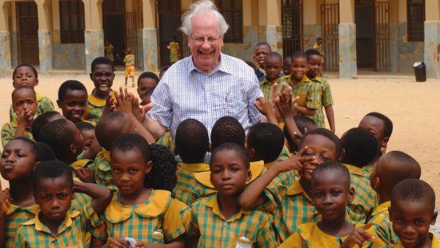 """Der """"König von Ghana"""": Deutsche Ghanahilfe baut Krankenhäuser und Schulen"""