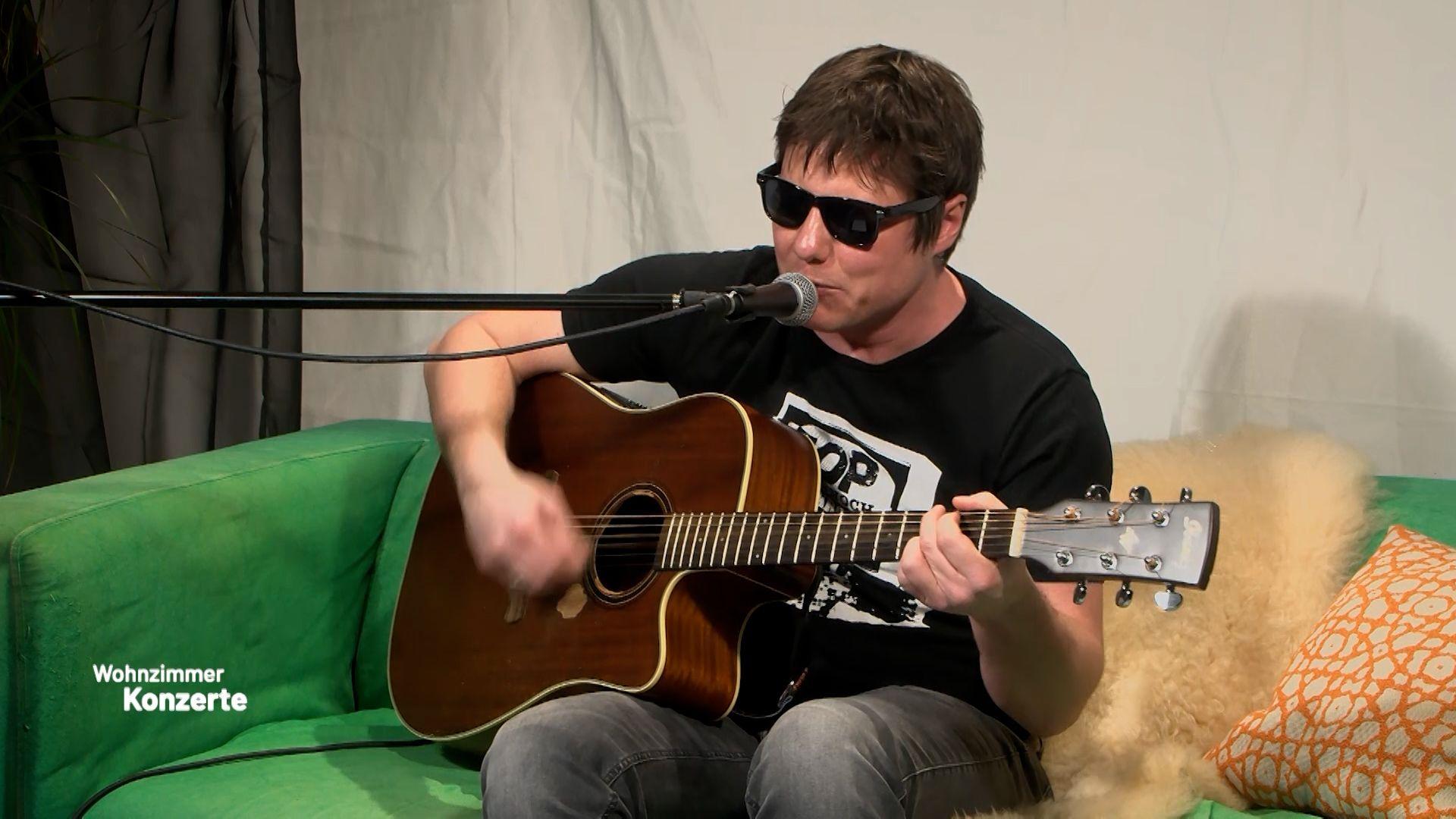 Zweites Konzert mit dem Sänger und Gitarristen Oli Pfleger der Rockband AOP aus Bad Wimpfen