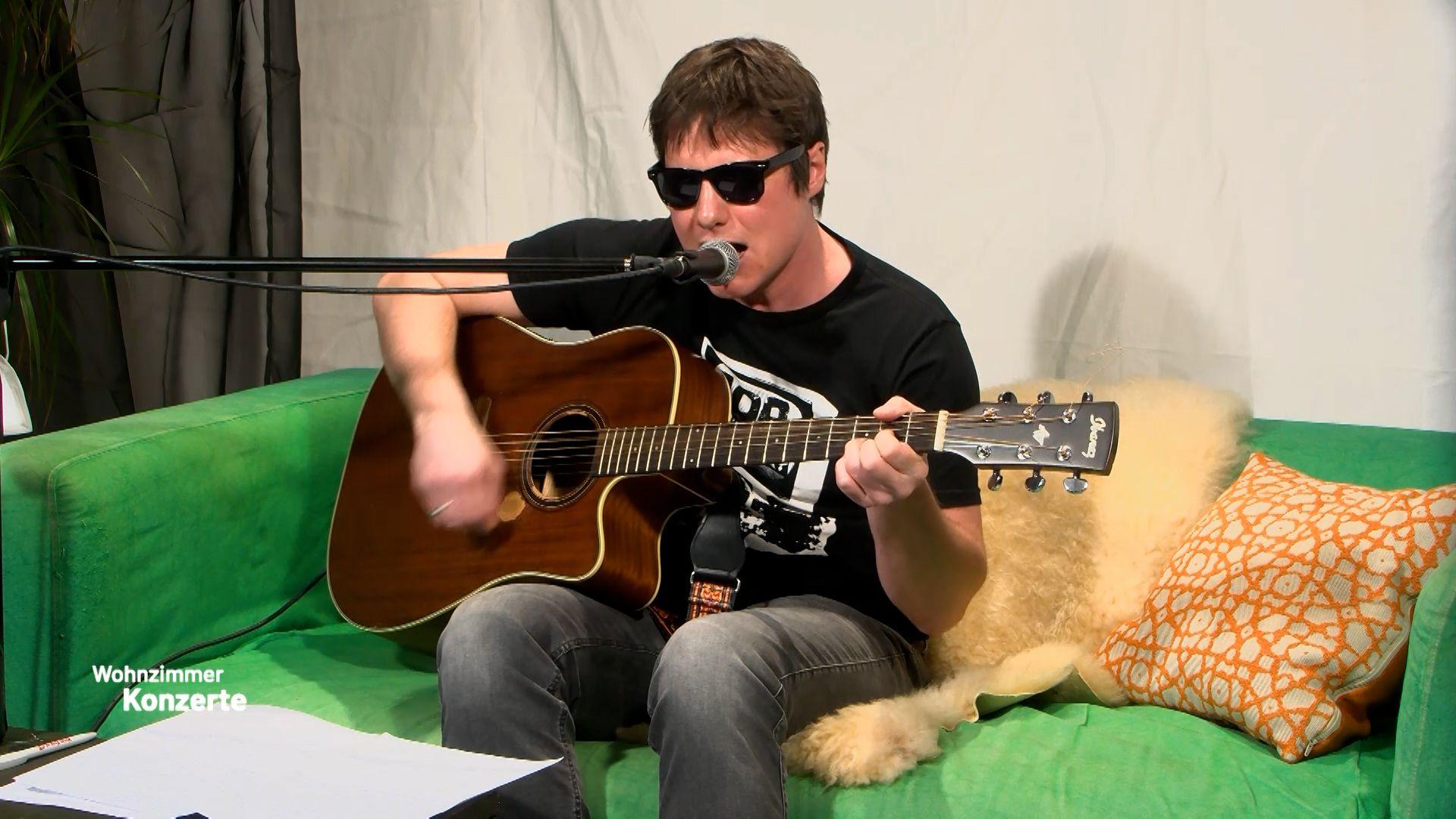 Erstes Konzert mit dem Sänger und Gitarristen Oli Pfleger der Rockband AOP aus Bad Wimpfen