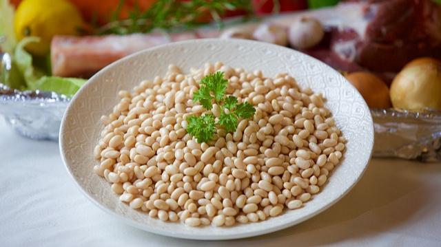 Eintopf von weißen Bohnenkernen mit Merguez-Image