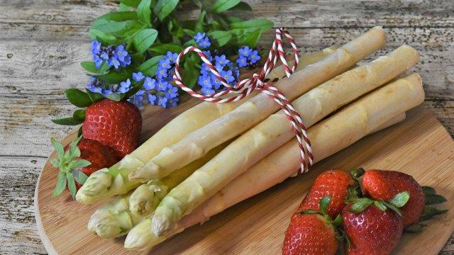 Gebratener Spargel mit jungem Kräuter-Pflücksalat und Joghurt-Honig Vinaigrette-Image