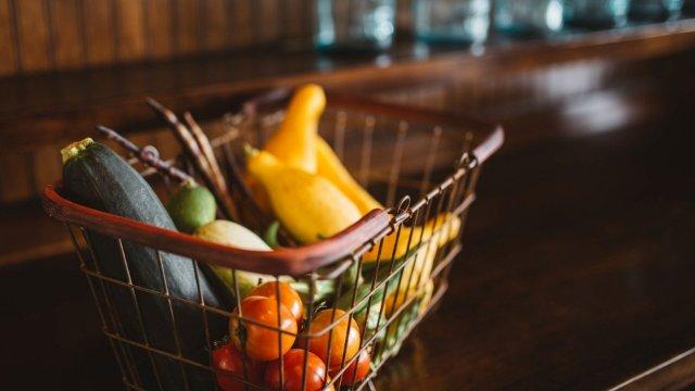 Gebratene Zucchini paniert mit Tomate und Kräuterschmand-Image