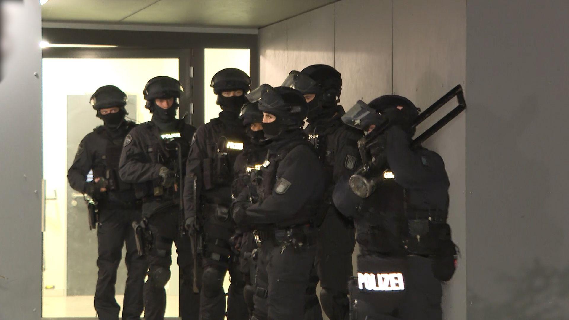 Polizisten St 252 Rmen Wohnung In Niendorf Hamburg 1